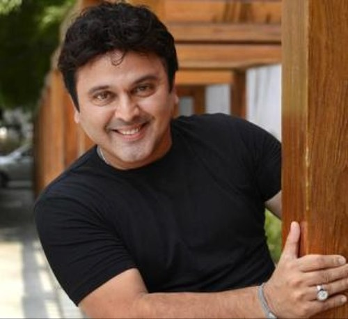 Ali Asgar multi-coloured act in 'Jeannie & Juju'