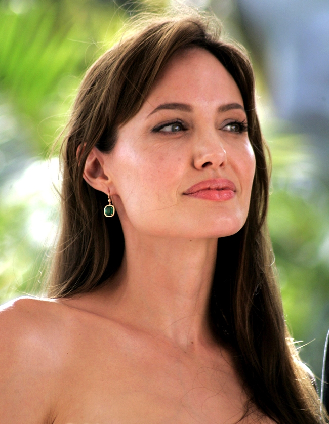 Angelina Jolie says she `didn't pay attention` to Oscar leg flash furore