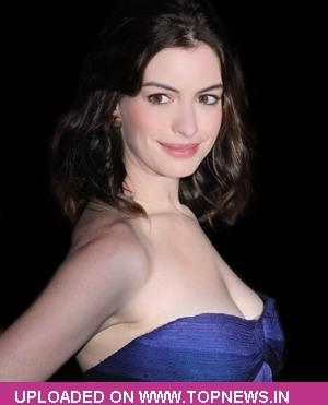 Anne Hathaway turns singer