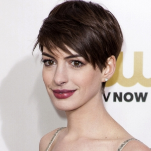 Anne Hathaway apologizes to Valentino for last-minute Oscar dress swap