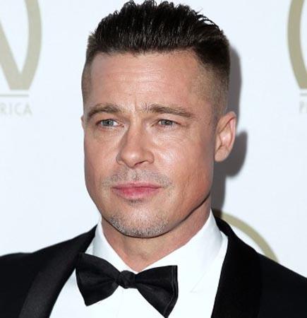 Brad Pitt sings on stage