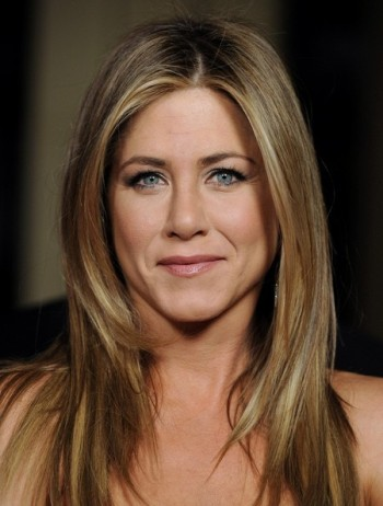 Jennifer Aniston gushes about `protector` beau Justin Theroux