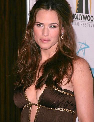 Jennifer Garner 2 Jennifer Garner gained superstar status, playing spy Sydney Bristow on the ...