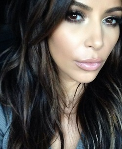 Kim K goes back from blond to brown