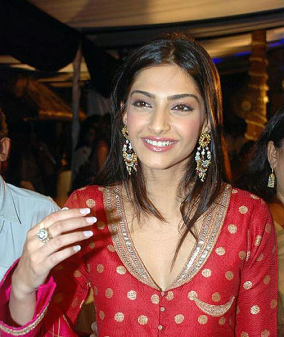 http://topnews.in/light/files/Sonam-Kapoor2.jpg
