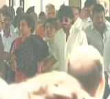 Shah Rukh attends father-in-law's funeral in Delhi
