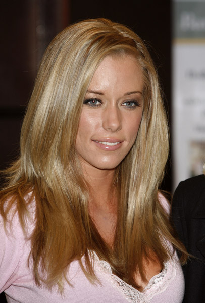 Kendra Wilkinson shows off