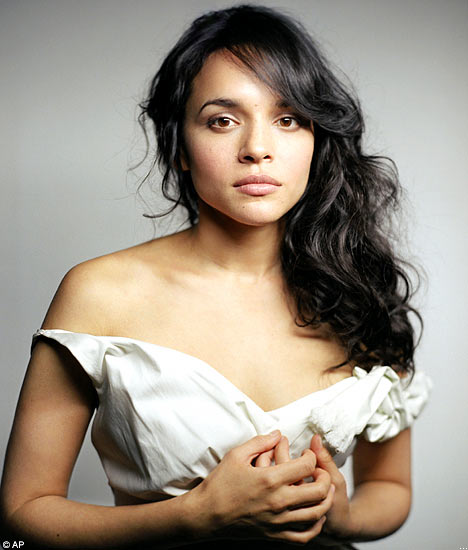 Norah Jones dating mystery author?