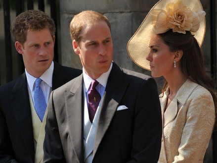 Wills-Kat, Prince Harry fly cattle-class for Zara Phillip''s wedding