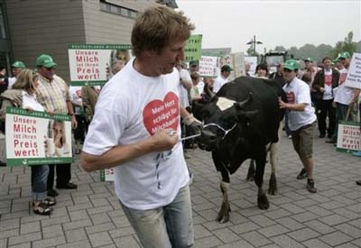 German dairy farmers protest fall in milk prices