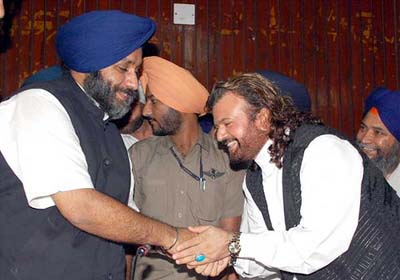Singer Hans Raj Hans to contest LS polls from Jalandhar on a SAD ticket