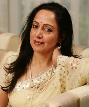 Hema Malini Turns Director To Dharmendra And Esha Deol