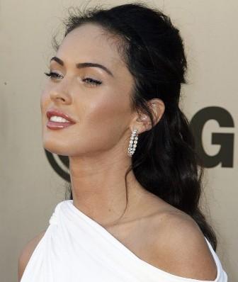 amanda seyfried kissing megan fox. Megan Fox
