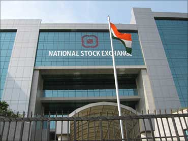 Sensex rangebound; realty, banking stocks rally