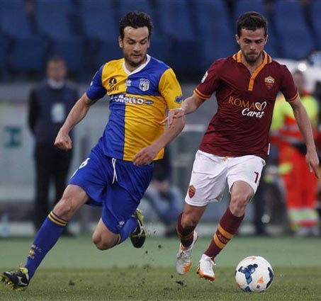 Roma beat Parma to close in on Juventus