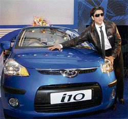 http://www.topnews.in/files/Shahrukh-launches.jpg