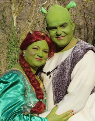 Brit couple's Shrek-themed marriage!