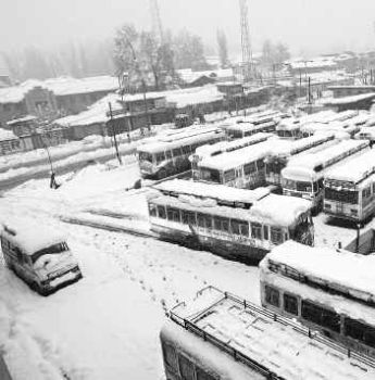 Fresh snowfall disrupts road traffic in Himachal Pradesh