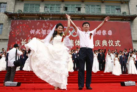 300,000 couples wed on China's triple-eight Olympic date
