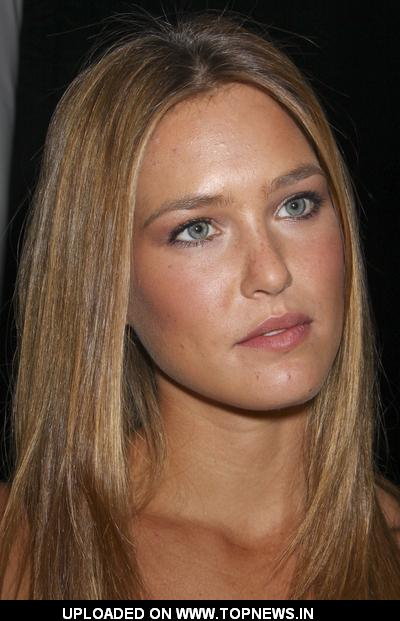 bar refaeli sports illustrated. Bar Rafaeli at 2009 Sports