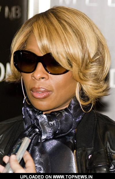 "Mary J. Blige Promotes ""Melodies by MJB"" Sunglasses Collection at Nordstrom on Michigan Avenue in Chicago"