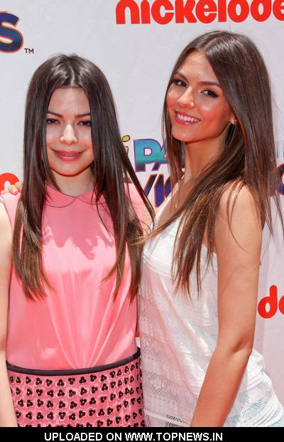 "Miranda Cosgrove and Victoria Justice at Nickelodeon ""iParty with Victorious"" Premiere - Orange Carpet"