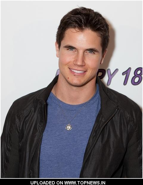 robbie amell fake naked pics