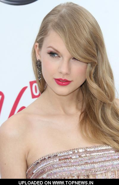 Taylor Swift at 2011 Billboard Music Awards - Arrivals