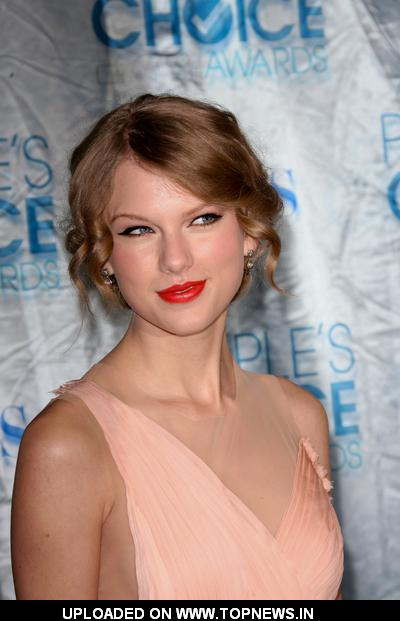 Taylor Swift at 2011 People's Choice Awards - Arrivals 2011-01-05