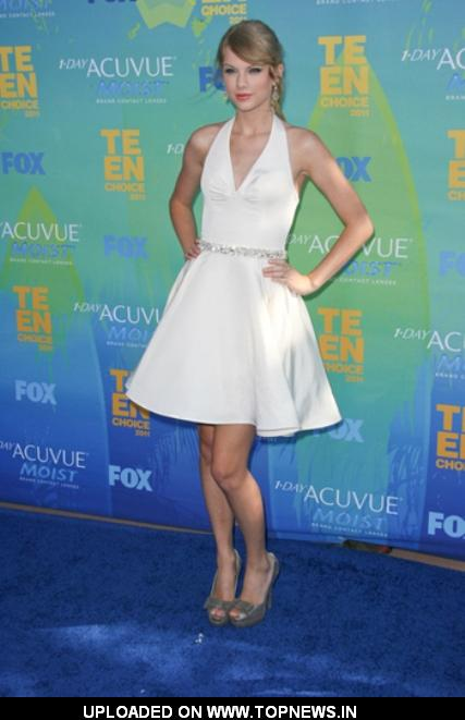 Taylor Swift at 2011 Teen Choice Awards Red Carpet Fashion