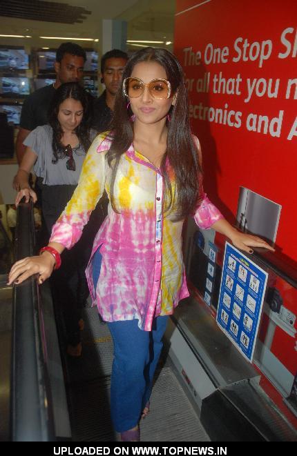 Vidya Balan promotes Dirty Picture at Reliance Digital at Andheri