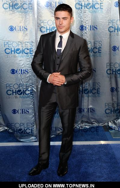 Zac Efron at  2011 People's Choice Awards - Arrivals 2011-01-05