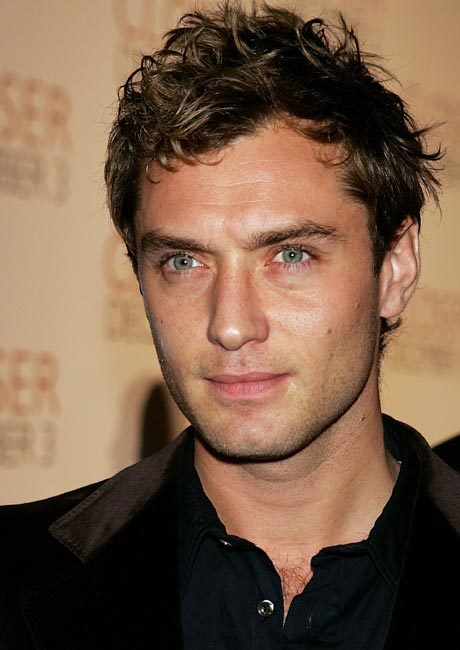 Picture of Jude Law hairstyle for men with oval face.