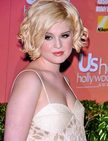 Kelly Osborne in a cute hairstyle for round faces and curly hair