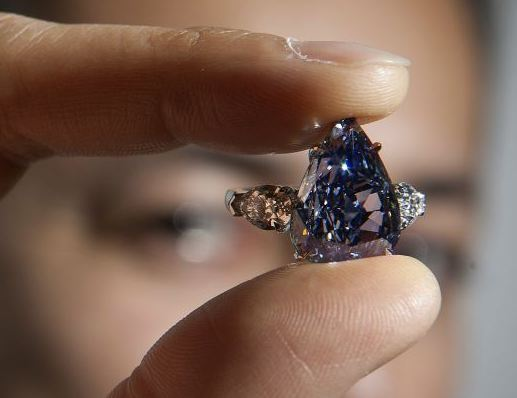 largest-flawless-vivid-blue-diamond