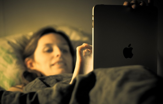 Taking smartphones, iPads to bed could make you an insomniac