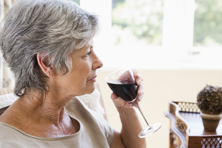 Affects of alcohol intake in elderly depend on dose and drinking pattern