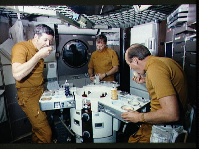 how do astronauts eat in space - photo #3