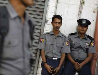 Myanmar police apologizes for wounding monks among protestors in disperse action