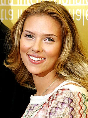 Scarlett Johansson dismisses Sean Penn dating rumours