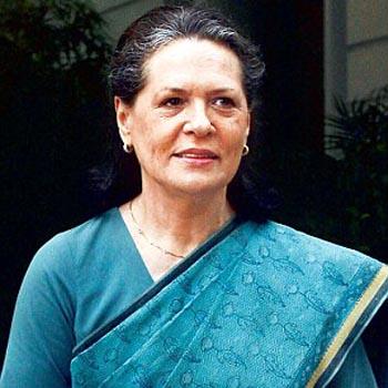 Sonia Gandhi visits Bodh Gaya, condemns blasts