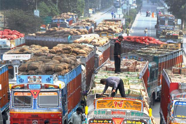 Vegetables for Pakistan rot, as truck drivers wait to cross border