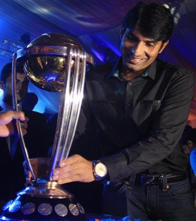 Misbah-ul-Haq-World-Cup-Trophy.jpg