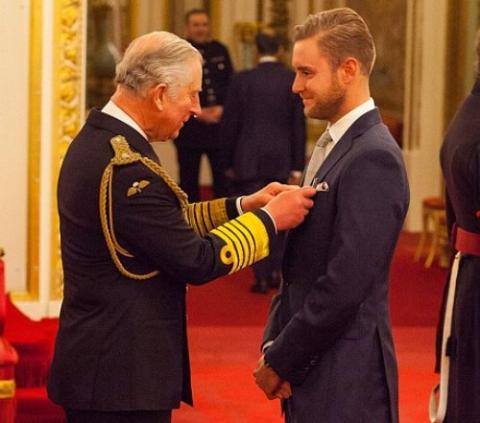Stuart Broad receives MBE from Prince Charles