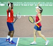 Australian Open: Paes-Hingis march into mixed doubles quarters